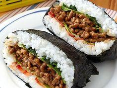 肉みそキャベツおにぎらずの画像 Japanese Lunch, Japanese Dishes, Japanese Food, Rice Sandwich, Onigirazu, Sushi Cake, Asian Recipes, Ethnic Recipes, Korean Food