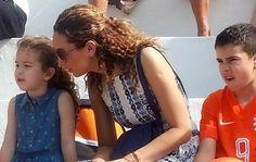 Bouchra, esposa de Van Persie, junto dos filhos na Gávea (Foto: Thales Soares)