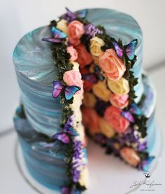 This Baker Makes Amazing Cakes With Edible Galaxies and Secret Gardens Within many awe-inspiring cakes that capture the beauty of nature. Cake art is more popular than ever, with many talented bakers creating artistic desserts that not only taste good Beautiful Desserts, Gorgeous Cakes, Pretty Cakes, Cute Cakes, Amazing Cakes, Crazy Cakes, Fancy Cakes, Creative Cake Decorating, Creative Cakes