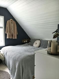 Sunday Sanctuary: Baby it's cold outside - Oracle Fox : Small can be beautiful in this cosy bedroom space. Cosy Bedroom, Bedroom Inspo, Master Bedroom, Bedroom Decor, Gravity Home, Dorm Room Organization, Minimalist Bedroom, New Room, Decoration