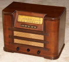 Vintage Silvertone Wood Table Radio With Push Buttons, Model 7036-A, Broadcast & Short Wave Bands, 6 Tubes, Made In USA, Circa 1941 - 1942.