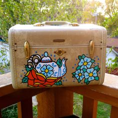 madebylaurenb  I have an adorable cigar box purse she made too. I want this train case!