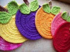 Tricolícia: Receita de Porta Copo Divertido em Crochê Crochet Art, Crochet Home, Crochet Gifts, Crochet Motif, Crochet Designs, Crochet Doilies, Crochet Patterns, Crochet Placemats, Crochet Potholders