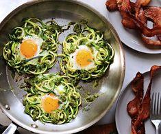 recette petit-déjeuner sain et équilibré de spaghettis de courgette poêlées, oeufs au plat et bacon, spaghettis de courgette recette rapide