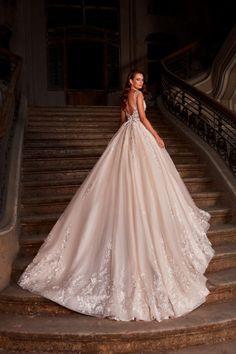 Rochie de mireasa stil printesa, cu o bogatie de dantela cusuta manual, iar corsetul in forma de inima ofera acestei rochii de mireasa un look romantic completat de discreta sa transparenta. Corset, Nostalgia, Romantic, Wedding Dresses, Fashion, Bridal Dresses, Moda, Bustiers, Bridal Gowns