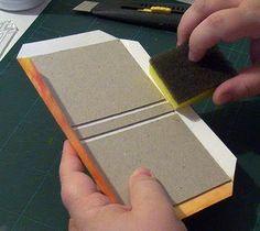 Materiais: - 2 pedaços de papelão Horller com 1,5 mm de espessura nas medidas 10,5 x 7,8 cm - 1 pedaço de papelão Horller com 1,5 mm de espe...