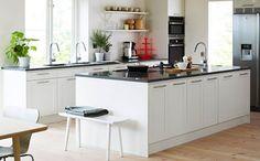 In einer Küche mit einer Granitarbeitsplatte zu kochen ist eine wunderbare Erfahrung.Eine Granitarbeitsplatte ist auch nach Jahren noch etwas Besonderes, immer ein Anziehungspunkt für Gäste. Als Küchenarbeitsplatte sollten nur kratzfeste, säurebeständige Natursteine verwendet werden. Und gerade aus diesen Grund raten wir unseren Kunden sich für eine Granitarbeitsplatte zu entscheiden.