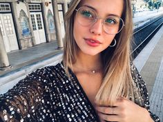 Round Glass, Glasses, Shape, Fashion, Daisies, Celebs, Gorgeous Girl, Eyeglasses, Fit