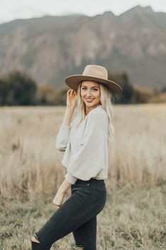 The best affordable fall sweaters Outfits 2019 Outfits casual Outfits for moms Outfits for school Outfits for teen girls Outfits for work Outfits with hats Outfits women Senior Photo Outfits, Senior Photos Girls, Senior Girl Poses, Senior Girls, Senior Session, Outfits For Photoshoot, Fall Senior Pics, Outdoor Photoshoot Ideas, Outdoor Senior Pictures