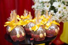 Maçã do amor decorada com detalhes do mickey e fita amarela, coberta com chocolate. Ideal para deixar a mesa do bolo de aniversário de menino ainda mais charmosa.