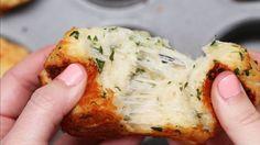 Was Du brauchst:- 1 Packung Fertigbrötchen- 3 EL geschmolzene Butter- 1/2 TL Knoblauchpulver- 2 EL frische Petersilie, gehackt- 120g geriebener MozzarellaDie Zubereitung findest Du hier.