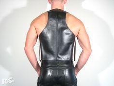 - aus schwarzem Leder - 2 Innentaschen  - davon eine mit Reißverschluss …