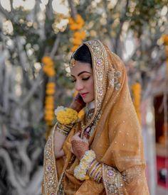 The Crimson Bride - The go-to Indian wedding inspiration and planning platform for the modern Indian bride. Bridal Mehndi Dresses, Mehendi Outfits, Indian Bridal Outfits, Pakistani Bridal Dresses, Wedding Dresses For Girls, Bridal Lehenga, Indiana, Muslimah Wedding Dress, Fancy Dress Design