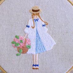 いいね!1,458件、コメント19件 ― @yula_handmade_2008のInstagramアカウント: 「* . バレンタインの時期にチョコレートを持った女の子の刺繍をしましたが、それの夏バージョンです。 . .…」