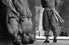 Nos anos 70, a arte marcial se tornou um fenômeno da cultura pop por causa de uma série de TV com o mesmo nome. O personagem principal era um monge fugitivo do monastério Shaolin, que ia para o ocidente. (Foto: Tomasz Lewandowski)