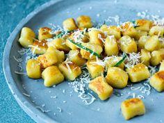 Hjemmelaget gnocchi Pasta Carbonara, Gnocchi, Pretzel Bites, Parmesan, Pasta Salad, Potato Salad, Tapas, Macaroni And Cheese, Cooking Recipes