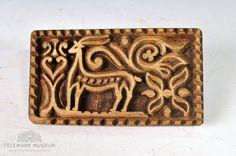Fra protokollen: Skindfeldstempel med billede av en hjort. Sons Of Norway, Textiles, Sheepskin Rug, Nordic Style, Textile Art, Blankets, Museum, Pattern, Stamps