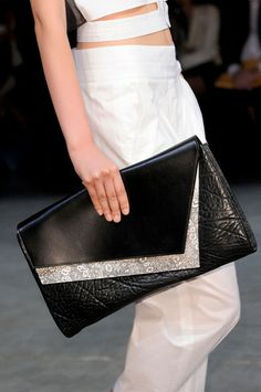 See every last detail from shoes and jewels, to bags and belts, from the Helmut Lang Spring 2014 Ready-to-Wear show. Dior Star, Black And White Bags, Ladies Gents, Trendy Fashion, Fashion Trends, Helmut Lang, Beautiful Bags, Spring 2014, Ready To Wear