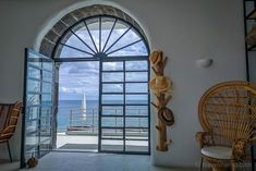 WHITE Exclusive Suites & Villas - als ob der Sommer nie zu Ende geht Algarve, Villas, Portugal, Basalt Rock, Hotels, How To Order Coffee, Blue Hour, Boutique, Wood Doors
