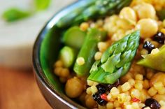 Asparagus Couscous with Chickpeas and Almonds (Website full of Vegan/Vegetarian recipes) High Protein Vegetarian Recipes, Vegan Dinner Recipes, Vegan Dinners, Healthy Foods To Eat, Diet Recipes, Healthy Snacks, Healthy Eating, Healthy Recipes, Vegan Foods