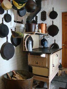 Fogão a lenha e frigideiras de ferro fundido. / Wood stove and cast iron skillets.