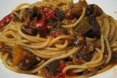 Spaghetti alle verdure estive, un primo piatto semplice ma delizioso, per utilizzare al meglio le verdure tipiche della bella stagione.