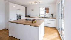 Küche mit zentralem Küchenblock: moderne Küche von KitzlingerHaus GmbH & Co. KG
