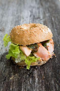 Leckere selbst gemachte Bagels mit gegrilltem Lachs, Frischkäse und Honig-Senf-Sauce. Der Klassiker der Streetfood-Szene aus New York!