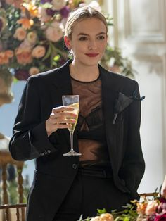 Villanelle on Killing Eve season 3 in a black Commes des Garcons blazer, Simone Rocha top and Loewe brooch Jodie Comer, Sandra Oh, Chef D Oeuvre, Black Suits, Ladies Black Suit, Dressed To Kill, Levis 501, Fashion News, Fashion Poses