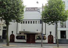 Lijn 9, halte 8 - Desmet Studio's -  Oorspronkelijk een legendarisch theater. Later een bioscoop. Nu is het al jaren een mediabedrijf.