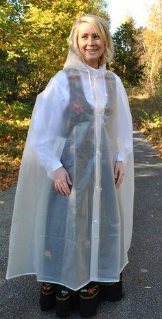 Vernünftiges junges Mädel schützt ihr Trachtenkleid mit einem PVC Regencape
