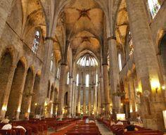 Barcelona, (Cataluña). Basílica de Santa María del Mar. Iglesia gótica situada en el barrio de la Ribera de Barcelona y construida entre 1329 y 1383. Su estructura es de tres naves casi de la misma altura, con sobrias y altísimas columnas cada 13 metros de distancia, un espacio no superado por ninguna construcción medieval en todo el mundo.