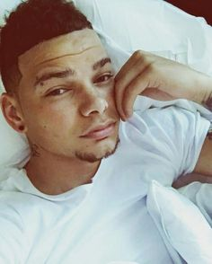 Oh good lord. Could Kane Brown get any hotter then this? Male Country Singers, Country Artists, Best Country Music, Country Men, Kane Brown Music, Cole Swindell, Brown Wallpaper, Brown Babies, Raining Men