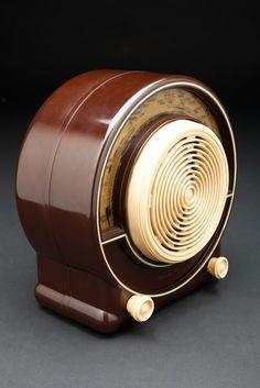 """Radialva """"Super-Boum"""" Radio in Brown Bakelite & ivory. Radio Record Player, Record Players, Radio Design, Retro Radios, Antique Radio, Phonograph, Boombox, Art Deco Design, Vintage Wood"""