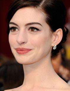 O make clássico da Anne Hathaway tem a combinação olho gatinho + camadas de rímel!
