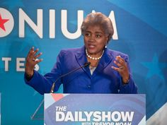 FACT CHECK: DNC chair Donna Brazile did not leak questions to Hillary Clinton before debate