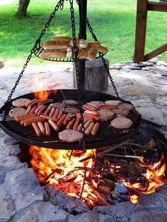 barbecue suspendu par des chaines au dessus du feu