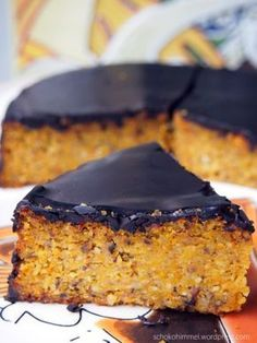 Kürbis-Schoko-Kuchen. Für Springform 26 cm Ø oder für 12 Muffins: 500 g geraspelter Hokkaido Kürbis / 250 g gemahlene Haselnüsse / 200 g weiche Butter / 4 Eier, getrennt / 100 g flüssiger Honig / 120 g brauner Zucker / 100 g Mehl / 2 TL Backpulver / 1 TL Zimt / etwas Vanillemark / 200 g dunkle Schoko-Kuchenglasur Herd auf 180° vorheizen / Kuchen ca. 60 Minuten lang backen / Muffins brauchen ca. 20-30 Minuten :-)