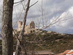 """NAVAHERMOSA (TOLEDO). Castillo de """"Dos Hermanas"""", desde el camino."""
