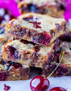 Chocolate Chip Cherry Bars These chocolate-cherry blondies whip up quickly for an easy dessert to share. For bonus points, add walnuts! Cherry Desserts, Just Desserts, Delicious Desserts, Delicious Chocolate, Dessert Crepes, Dessert Bars, Chocolate Chip Blondies, Chocolate Chips, Brownies