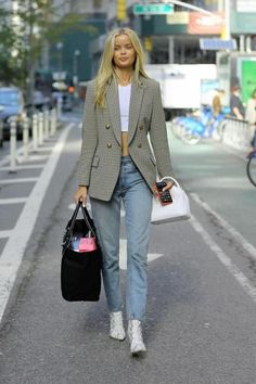 Blazer with crop top and jeans and snake boots. Chic Winter Outfits, Chic Outfits, Fall Outfits, Fashion Outfits, Style Fashion, Fashion Ideas, Crop Top Outfits, Blazer Outfits, Mode Outfits