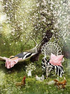 I den härligt vildvuxna trädgården möblerad med loppisfynd bäddar vi med EIVOR pläd, FABRINA överkast, VÅRGYLLEN, SANELA och SVARTTALL kuddfodral. I äppeträdet hänger SOLVINDEN ljusslinga.