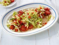 Spitzkohl-Paprika-Salat: Der Kohl zieht in einem kräftigen Zwiebelsud durch und wird zart und weich. Für die frische Note gibts Tomaten und Paprika.