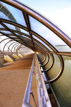 Este puente (Tercer milenio) cruza el río Ebro y era construido en 2008. El Puente Tercer Milenio es el puente de arco concreto más grande del mundo. El diseño es muy único y pesa 24,000 toneladas.