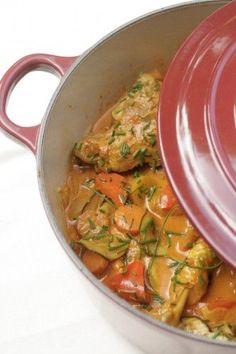 Poulet mijoté aux saveurs indiennes 4 cuisses de poulet 2 gros oignons 3 gousses d'ail 3 cm de gingembre 1 càs de curry 1 cc de curcuma 1/2 à 1 cc de piment en poudre 6 carottes, jaunes et oranges 1 poivron rouge 1 courgette 1 à 2 càs de concentré de tomates 25 cl de lait de coco bouillon de volaille: