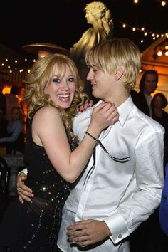 Hilary Duff and Aaron Carter sharing a ~tender moment~ on the red carpet of The Lizzie McGuire Movie.