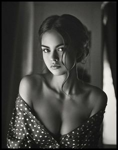 Black and White Portrait Photography: Expert Advice That Helps You Succeed – Black and White Photography Photo Portrait, Female Portrait, Portrait Photography, Implied Photography, Boudoir Photography Poses, Photography Backgrounds, Woman Portrait, Portrait Ideas, Photography Women