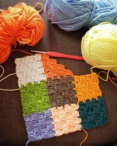 A colorful scrap yarn crochet project Crochet Motifs, Crochet Stitches Patterns, Tunisian Crochet, Crochet Squares, Knitting Patterns, Rug Patterns, Crochet Granny, Crochet Vintage, Love Crochet
