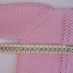 tutorial para hacer Jersey de Bebé, instrucciones y video Knitting Baby Girl, Knitting For Kids, Baby Knitting Patterns, Baby Patterns, Knitted Baby Clothes, Crochet Clothes, Gilet Rose, Crochet Baby Jacket, Baby Boy Jackets