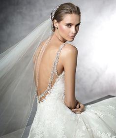 PRALA - Vestido de novia con incrustaciones de pedrería y escote corazón | Pronovias